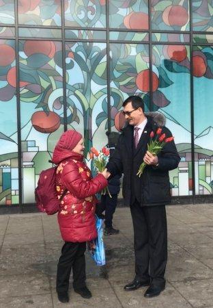 8 Марта депутаты Совета депутатов муниципального округа Братеево  поздравили жительниц муниципального округа Братеево с  Международным женским днем