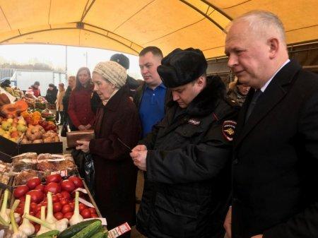 Члены Общественного совета при УВД по ЮАО Харис Ильясов и Марат Зайнетдинов совместно с сотрудниками полиции осуществили мониторинг работы ярмарки выходного дня в районе Бирюлево Восточное